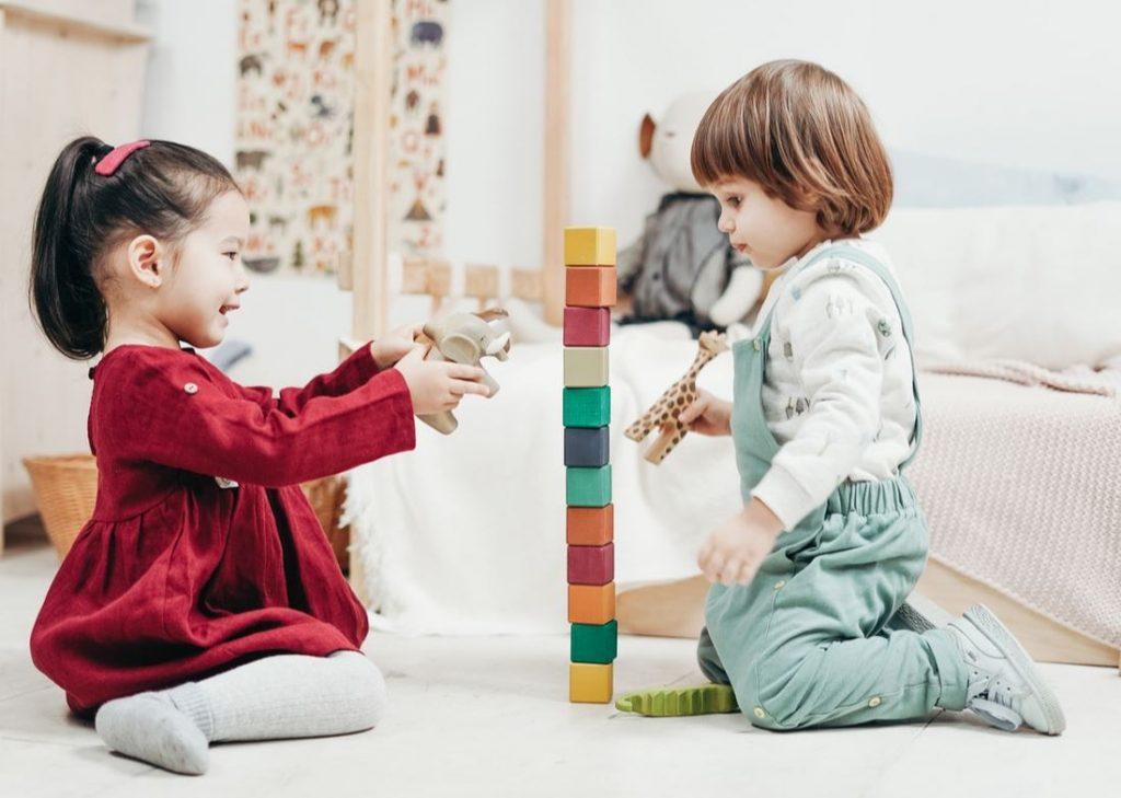 Enfants avec jouets en bois
