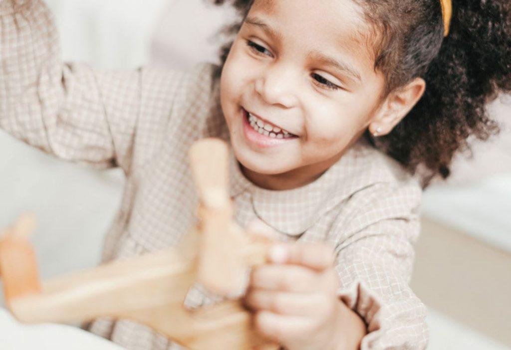 Fille et jouet en bois